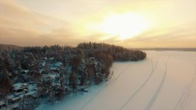Latać nad wiejski zima krajobraz przy zmierzchem zdjęcie wideo