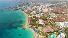 Latać nad wyspą Krajobraz Morze Śródziemnomorskie i brzegowy Cypr Miasto kurort Trutnia punkt widzenia błękitny zbiory