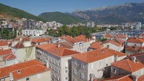 Latać przez europejskiego starego miasteczka w kierunku Budva schronienia mola zbiory