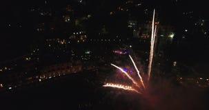 Latać przez salutu na seashore przegapia nocy miasta 4K antenę Włochy zdjęcie wideo