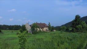 Latać stary i rujnujący dom w górze zbiory wideo