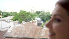 Latać strzał dwa pięknej kobiety opowiada each inny na balkonie zbiory wideo