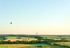 Latać w balonie nad polami Bezchmurny letni dzień obrazy stock