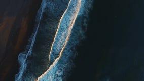 Latać w copter wzdłuż wybrzeża Sinii macha bicie przeciw brzeg iobrazuetsya bielu pianie zdjęcie wideo