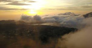 Latać w pięknych chmurach Widok z lotu ptaka Bratan jezioro na wschodzie słońca w Bali, Indonezja zbiory wideo