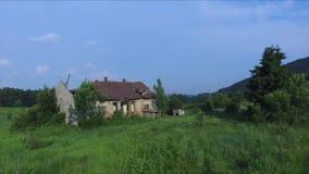 Latać za starym i rujnującym domem w górze zbiory wideo