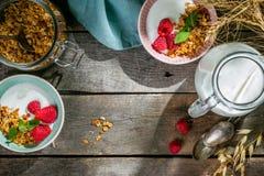 Lata śniadanie - granola z truskawkami i jogurtem zdjęcie royalty free
