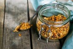 Lata śniadanie - granola z truskawkami i jogurtem zdjęcia royalty free