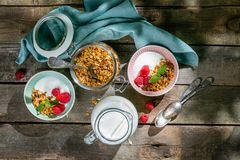 Lata śniadanie - granola z truskawkami i jogurtem obraz royalty free
