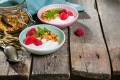 Lata śniadanie - granola z truskawkami i jogurtem fotografia royalty free
