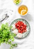 Lata śniadanie lub deser - świeże truskawki, beza, zielona herbata z cytryną Wygodny domowy spoczynkowej przerwy wciąż życie na l Zdjęcie Stock