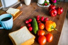 Lata śniadanie, rzodkiew, pomidory, ogórek i pieprz na stole, zdjęcie royalty free
