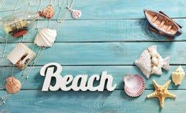 Lata bacground z plażowymi akcesoriami na błękitnej drewnianej desce Fotografia Royalty Free