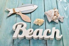 Lata bacground z plażowymi akcesoriami na błękitnej drewnianej desce Obrazy Royalty Free