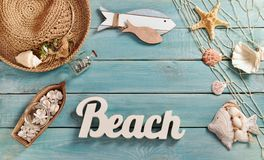 Lata bacground z plażowymi akcesoriami na błękitnej drewnianej desce Zdjęcia Stock