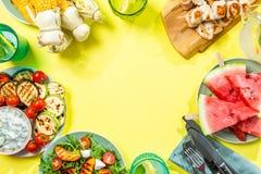 Lata bbq przyjęcia pojęcie - piec na grillu kurczak, warzywa, kukurudza, sałatka, odgórny widok obrazy stock