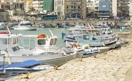 lata com os navios no fundo da cidade em Grécia foto de stock