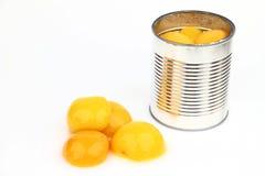 A lata com pêssegos Fotografia de Stock