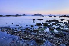 Lata com pedras, seixos e ilhas no crepúsculo em Dalian, China Foto de Stock