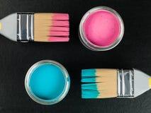 Lata da pintura azul e cor-de-rosa com escovas de pintura Imagens de Stock Royalty Free