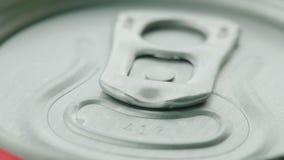 Lata de alumínio fechado com soda, close-up da tampa video estoque