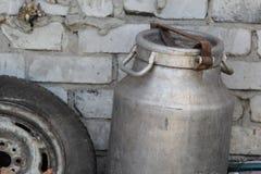 Lata de alumínio na vila perto da parede fotografia de stock