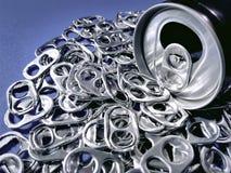 Lata de bebida com a pilha das abas para reciclar fotos de stock