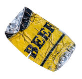 Lata de cerveza amarilla aplanada fotografía de archivo