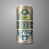 Lata de cerveza de oro con la etiqueta, aislada en gris Fotografía de archivo