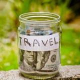 Lata de cristal como moneybox con ahorros del efectivo foto de archivo libre de regalías