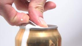 Lata de la abertura de la cerveza almacen de video