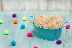 Lata de las galletas coloridas del confeti con las bolas decorativas imagenes de archivo