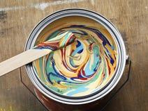 Lata de lata da cor no fundo de madeira velho Fotografia de Stock