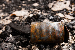 Lata de lata na terra queimada Imagem de Stock