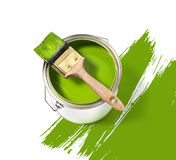 Lata de lata verde da pintura com a escova na parte superior em um fundo branco com Foto de Stock