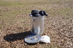 Lata de lixo completamente do lixo Fotografia de Stock Royalty Free