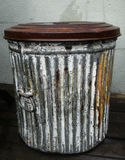 Lata de lixo de aço antiga fotografia de stock