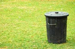 Lata de lixo preta Imagem de Stock