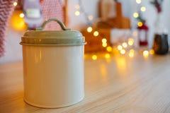 Lata de lata para produtos maiorias fundo limpo para o texto do título Festão Boke da decoração do Natal imagens de stock