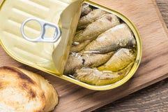Lata de sardinas y de la tostada Fotos de archivo