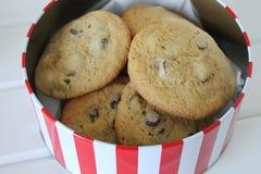 Lata del chocolate cocido fresco Chip Cookies Foto de archivo