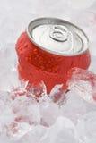Lata do vermelho do refresco efervescente ajustada no gelo Imagens de Stock