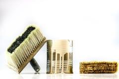 Lata e escovas da pintura em um fundo branco C.A. da pintura e do reparo Foto de Stock Royalty Free