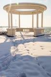 Lata gazebo w śnieżystym deptaku Pomorie w Bułgaria, zima 2017 Fotografia Stock