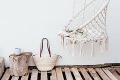 Lata hygge pojęcie z hamaka krzesłem w ogródzie Fotografia Stock