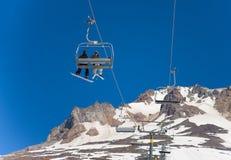 Lata jazda na snowboardzie przy Mt i narciarstwo kapiszon zdjęcie stock