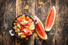 Lata jedzenie Owocowa sałatka w pucharze Zdjęcia Stock
