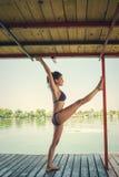 Lata joga kobieta robi joga na rzecznej tratwie Obraz Royalty Free