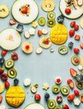 Lata karmowy tło z różnorodnymi świeżymi owoc i jagodami, odgórny widok, rama zdjęcie royalty free