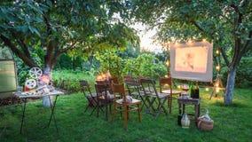 Lata kino z retro projektorem w wieczór obrazy royalty free